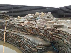 декоративный пруд с каскадами в Краснодарском крае