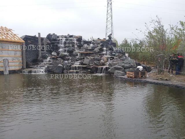 пруд с водопадом в Крыму