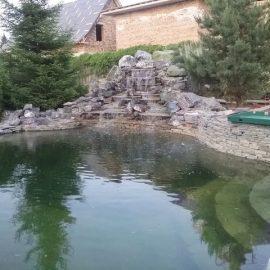 Купальный пруд с искусственным водопадом