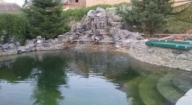 Плавотельный пруд в Крыму с искусственным водопадом